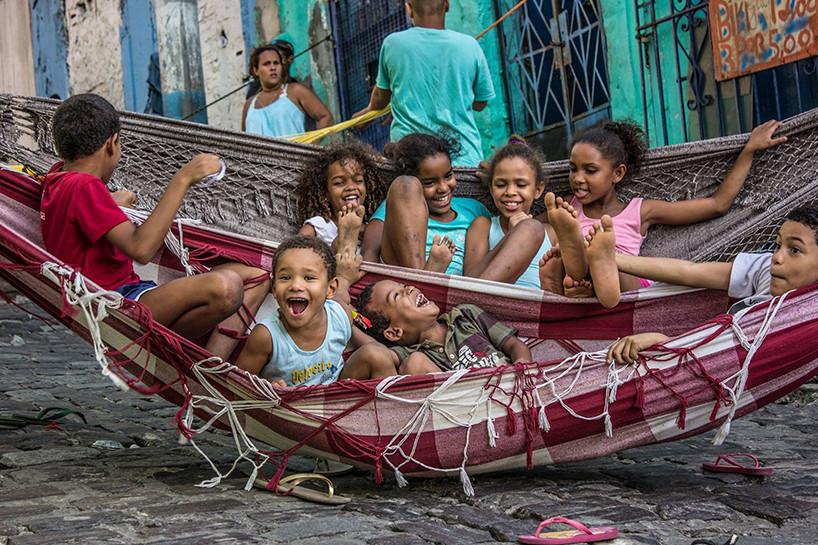 """Intervención Urbana: """"Hibridación"""", la calle como extensión de espacios privados, © Guilherme Malaquias"""