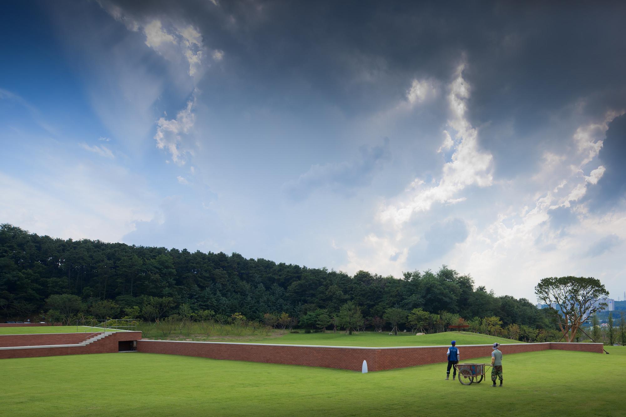 Amore Pacific Campus - with Carlos Castanheira & Kim Jong Kyu. Image © Fernando Guerra | FG+SG