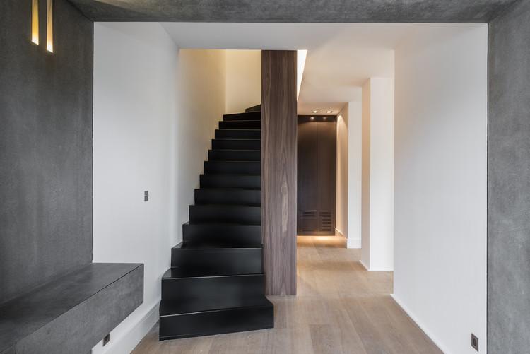 Villa b atelier delphine carr re archdaily - Peinture mur escalier ...