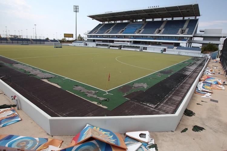 Cancha olímpica de hockey en Atenas en 2012. Image © Vía Business Insider