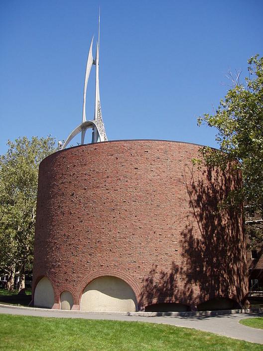 MIT Chapel / Eero Saarinen. Image © Wikimedia User Daderot