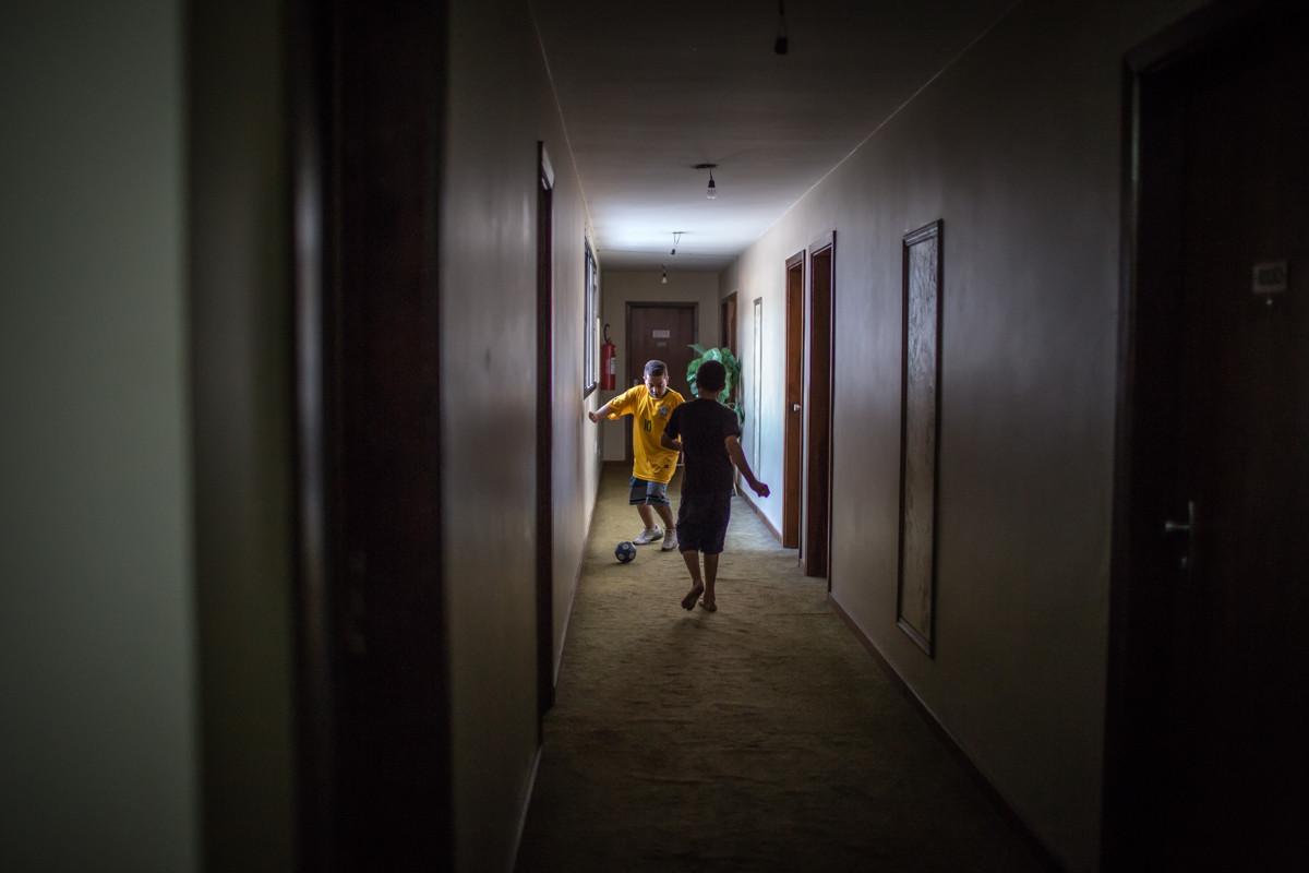 """Niños jugando fútbol en los pasillos de """"Lord Palace Hotel"""" antes del partido inaugural de la selección brasileña. Imagen © Leandro Moraes"""