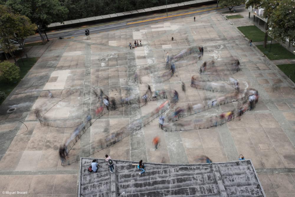 Intervención Urbana: Traslaciones, figuras que se dibujan en el tiempo, con el cuerpo y sus desplazamientos, Courtesy of Proyecto Colectivo