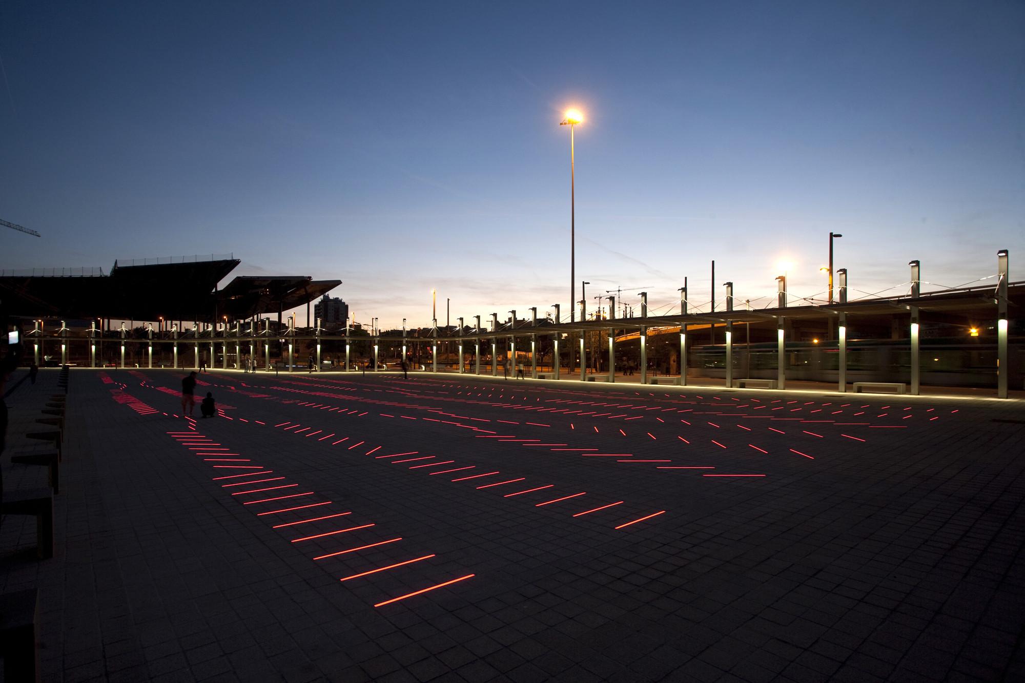 Proyecto de Iluminación: BruumRuum! luz social y sonido interactivo por artec3 Studio & David Torrents, La luz cambia la percepción de la plaza por la noche.. Image ©  Xavi Padrós