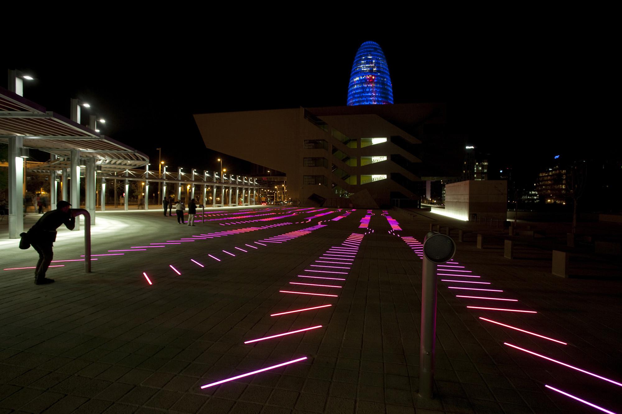 Por la noche, BruumRuum! lleva vida a la plaza.. Image ©  Xavi Padrós