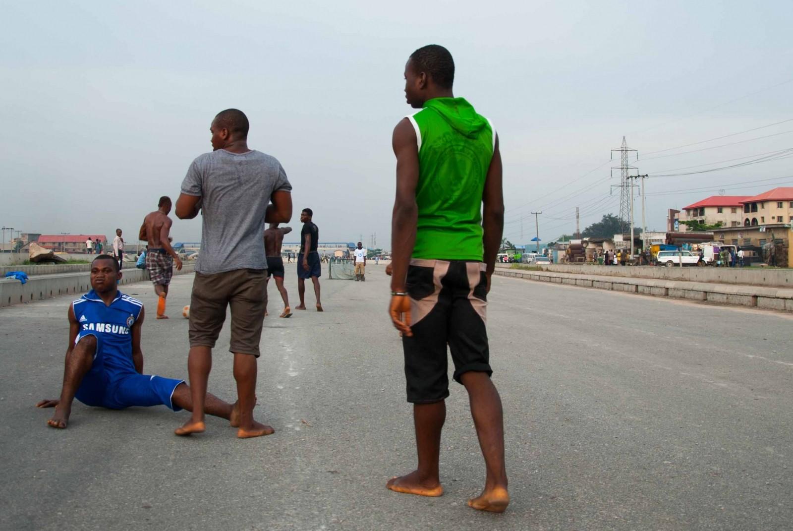 Jóvenes jugando fútbol en Blue Line de Lagos (Nigeria), el tren ligero construido por contratistas chinos. Imagen cortesía de Go West Project.