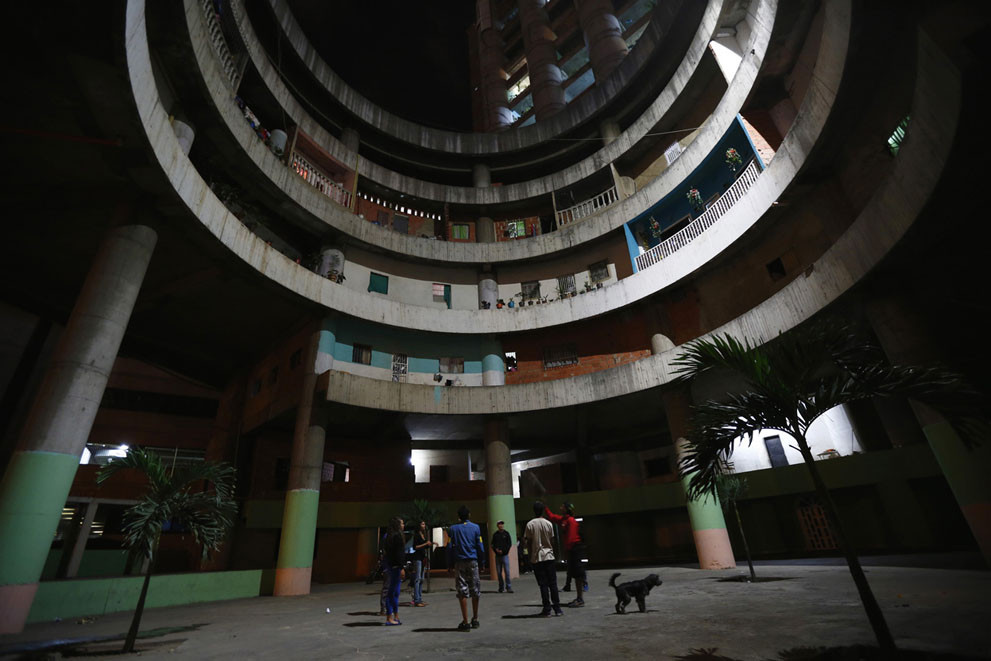 Venezuela Begins Relocation of Thousands Living in Torre de David, the World's Tallest Slum, Interior de la Torre David. Image © Vía 'The Atlantic'