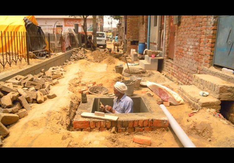 Bueiros em construção em Savda Ghevra. Cortesia de The Architects Journal