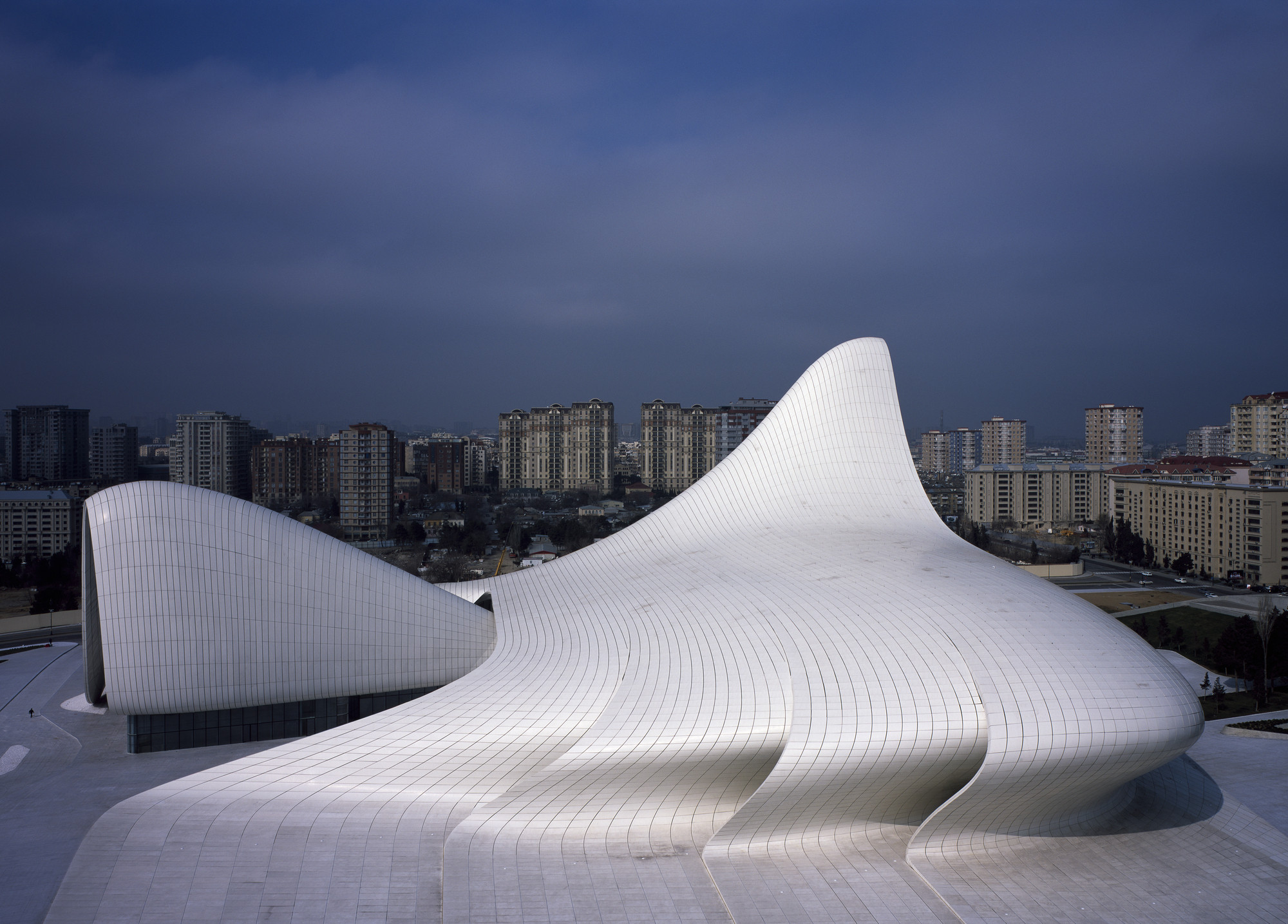 Heydar Aliyev Center / Zaha Hadid Architects. Image © Hélène Binet