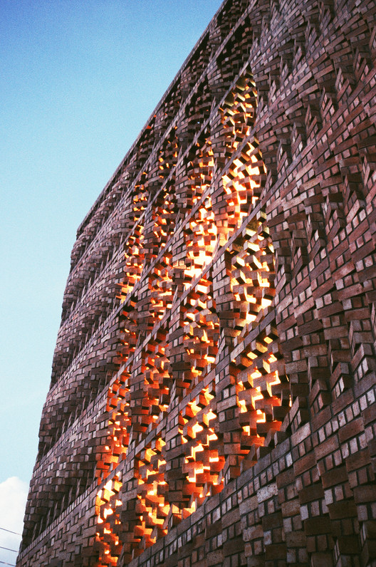 Brick screen wall: SAHRDC building. Image Courtesy of Anagram Architects