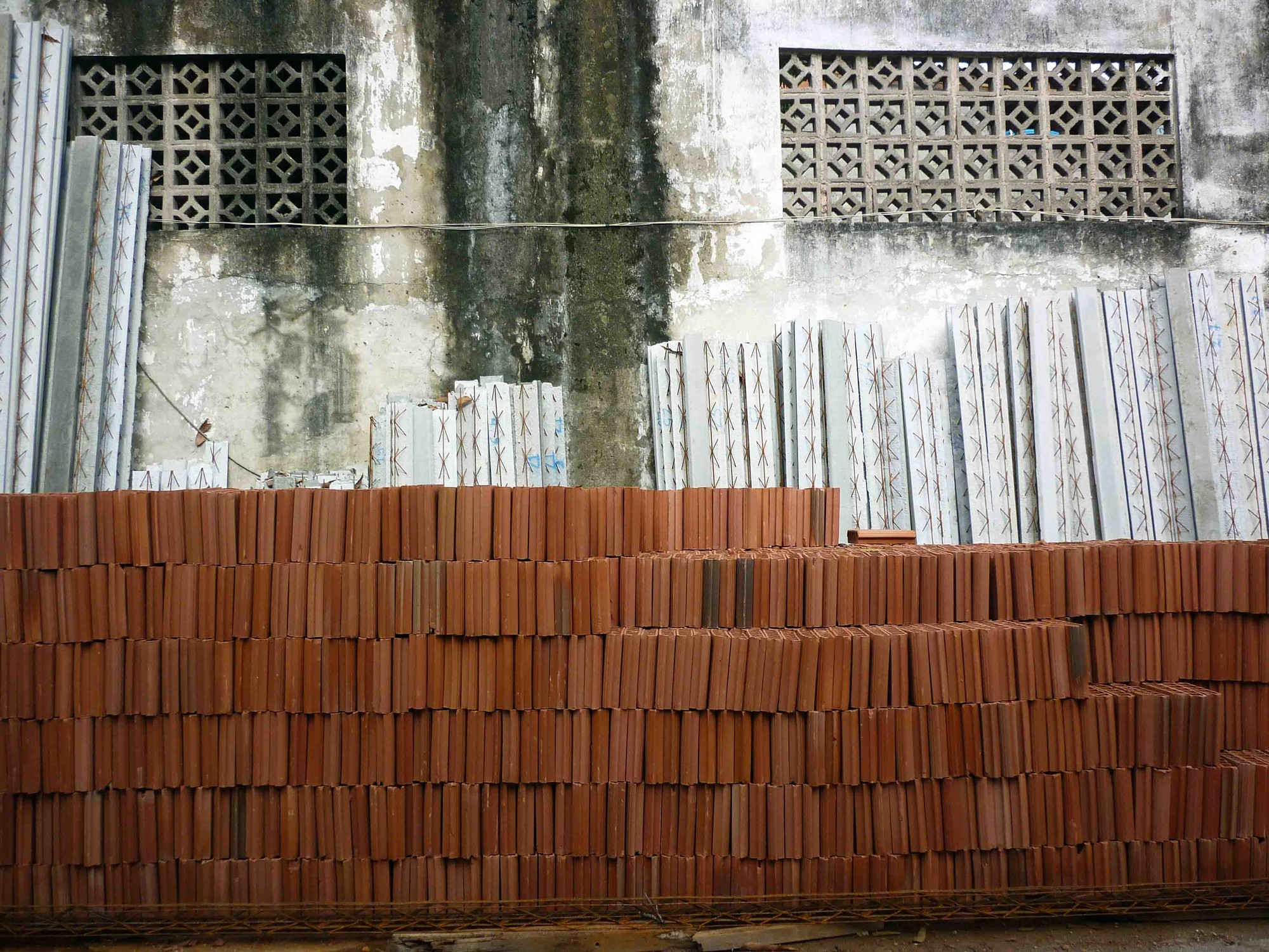Floor beams and bricks. Image © Solène Veysseyre