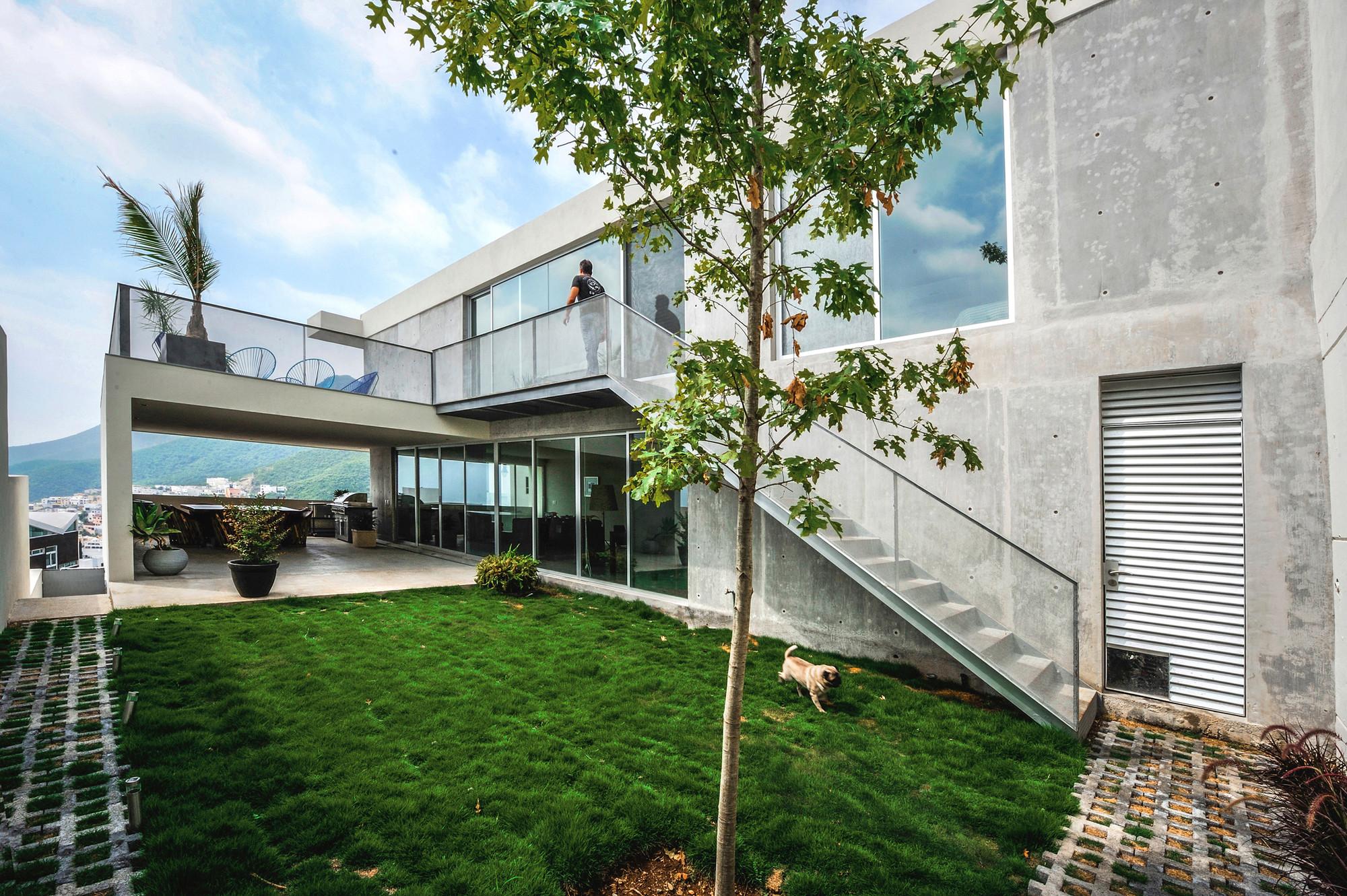 Casa ipe p 0 architecture plataforma arquitectura for Escaleras por fuera de la casa