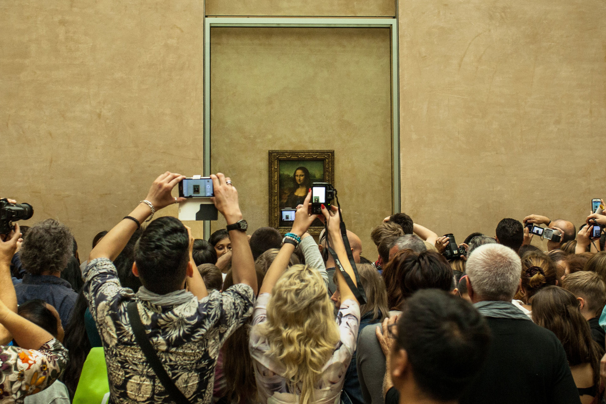 Crowds around Da Vinci's Mona Lisa at the Louvre, Paris. Image © Guia Besana