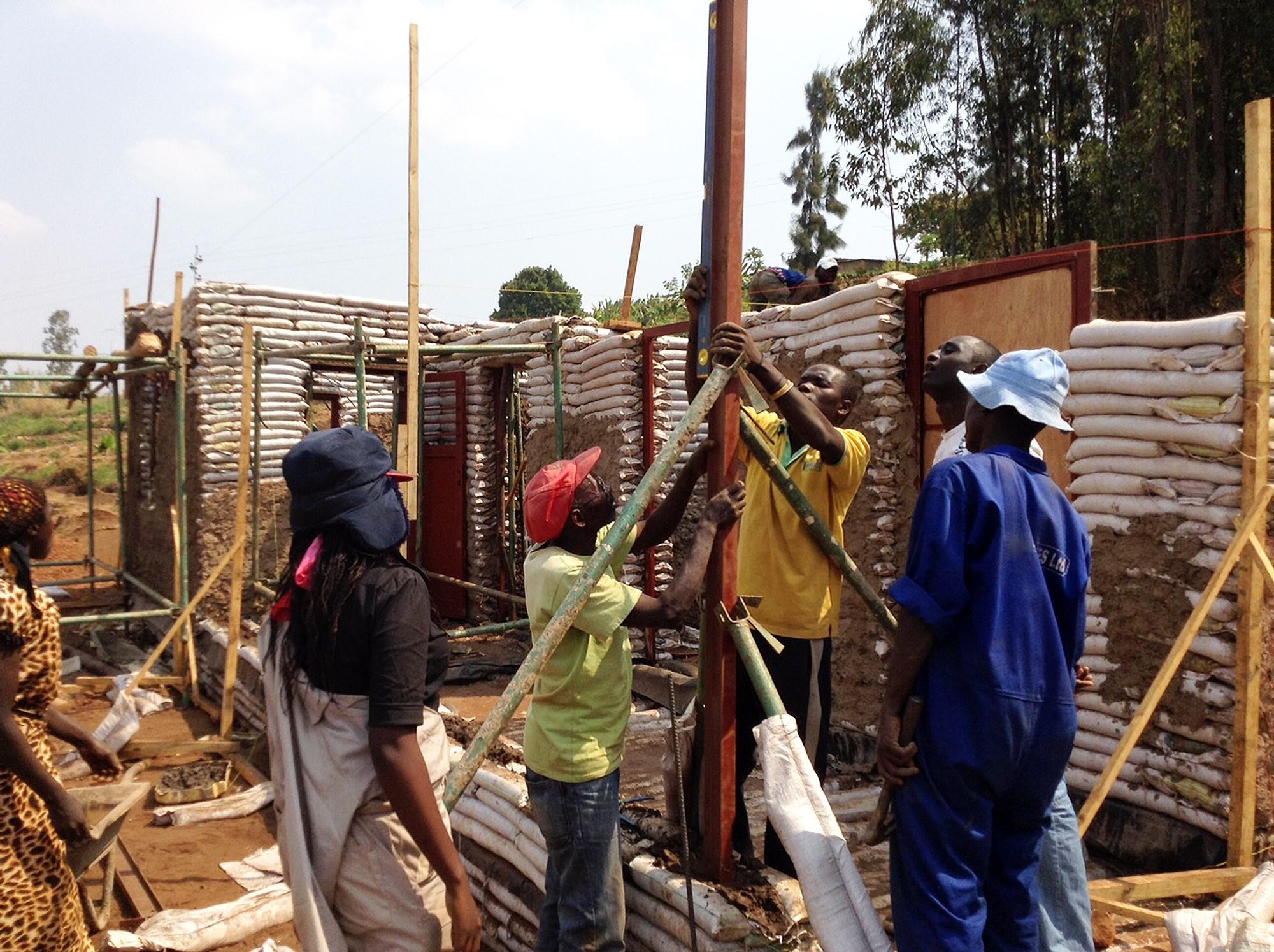 Construcción con Superadobe. Image ©  GA Collaborative / 2013-2014