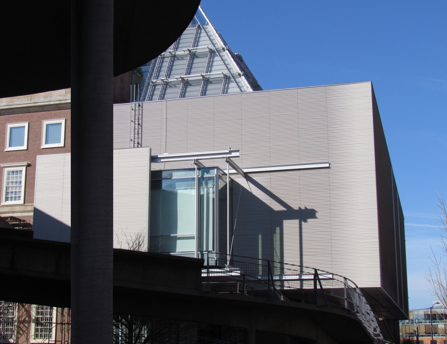 Piano's new wing for the Harvard Art Museums, with the curving ramp of Le Corbusier's Carpenter Center in the foreground. Image © Paul Clemence