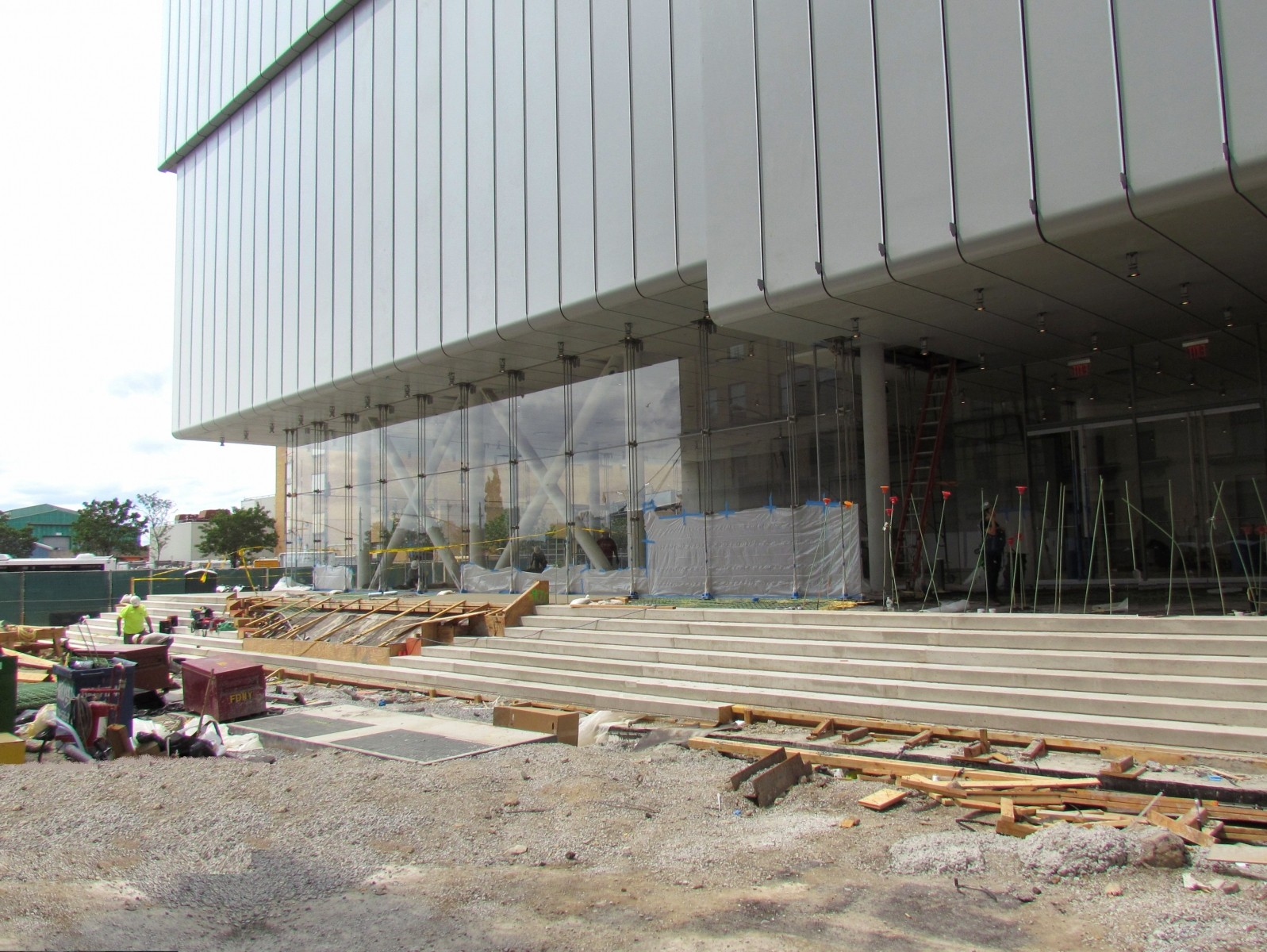 La entrada principal del nuevo Whitney, que da hacia West Side Highway. Image © Paul Clemence