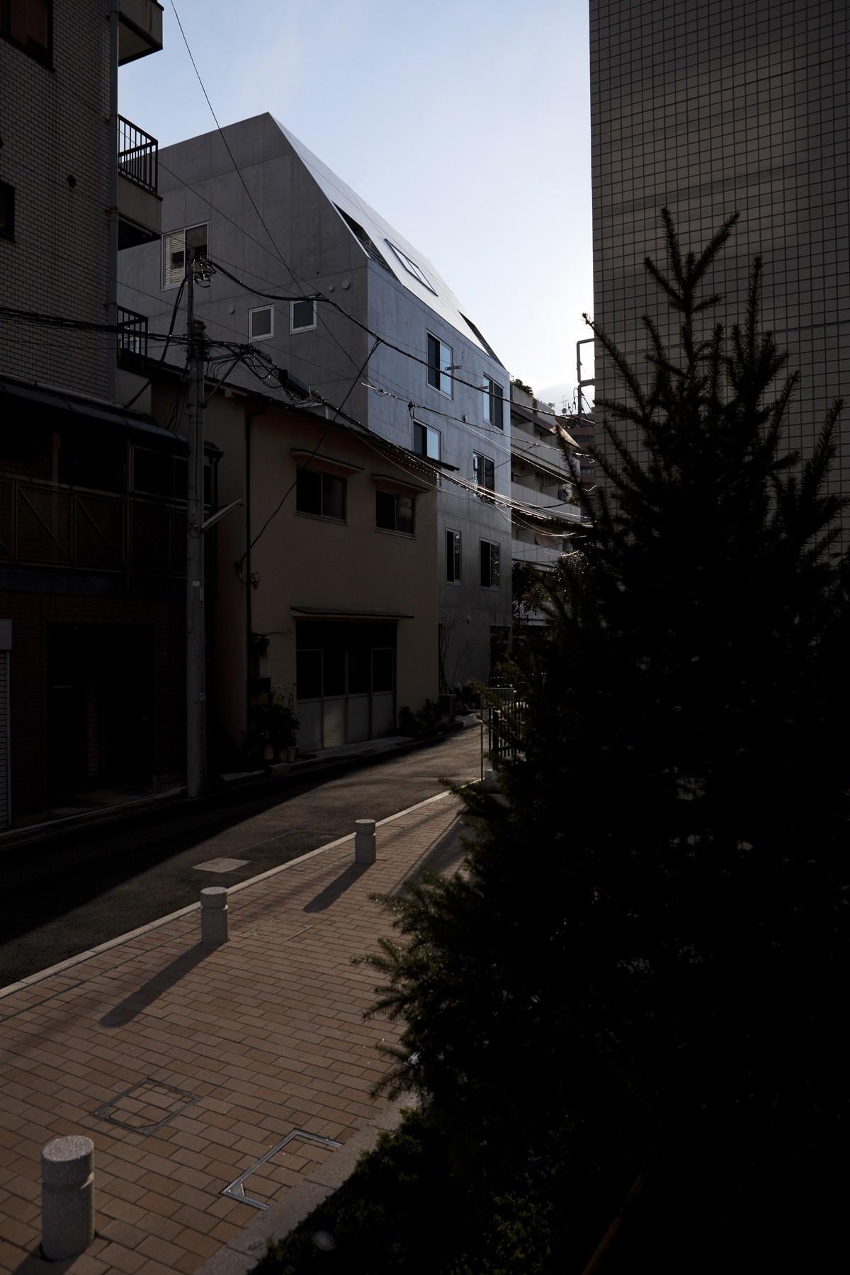 Gallery of luz shirokane naoya kawabe architect for Architect associates