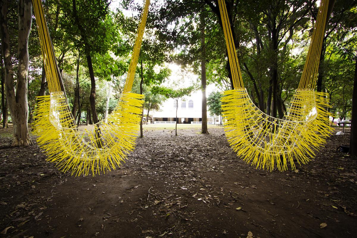 Instalación Balanço Cocar: columpios sensoriales que interactúan con el paisaje / PAX.ARQ, Cortesía de PAX.ARQ