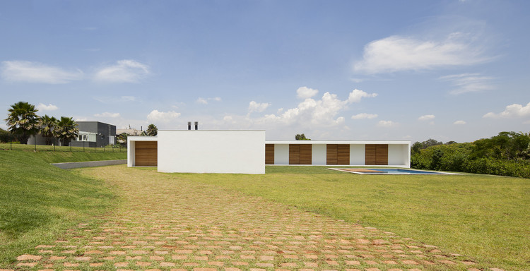 Casa en Salto  / AMZ Arquitetos, © Maíra Acayaba