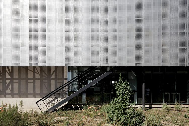 Edificio Laboratorio Synthon / GH+A | Guillermo Hevia. Image © Nico Saieh