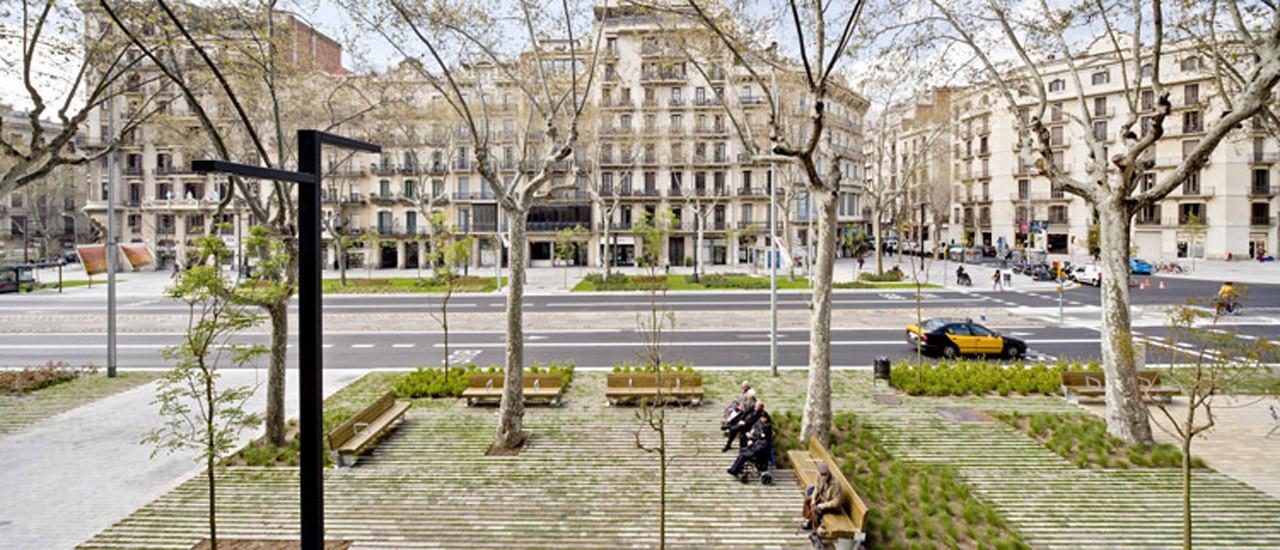 Paisaje y Arquitectura: Remodelación del Paseo de St Joan, un nuevo corredor verde urbano por Lola Domènech, ©  Adrià Goula