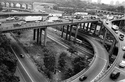 El Cross-Bronx expressway fue uno de los proyectos de construcción de carreteras más importantes de Moses. Imagen © Flickr CC User Zachary Korb