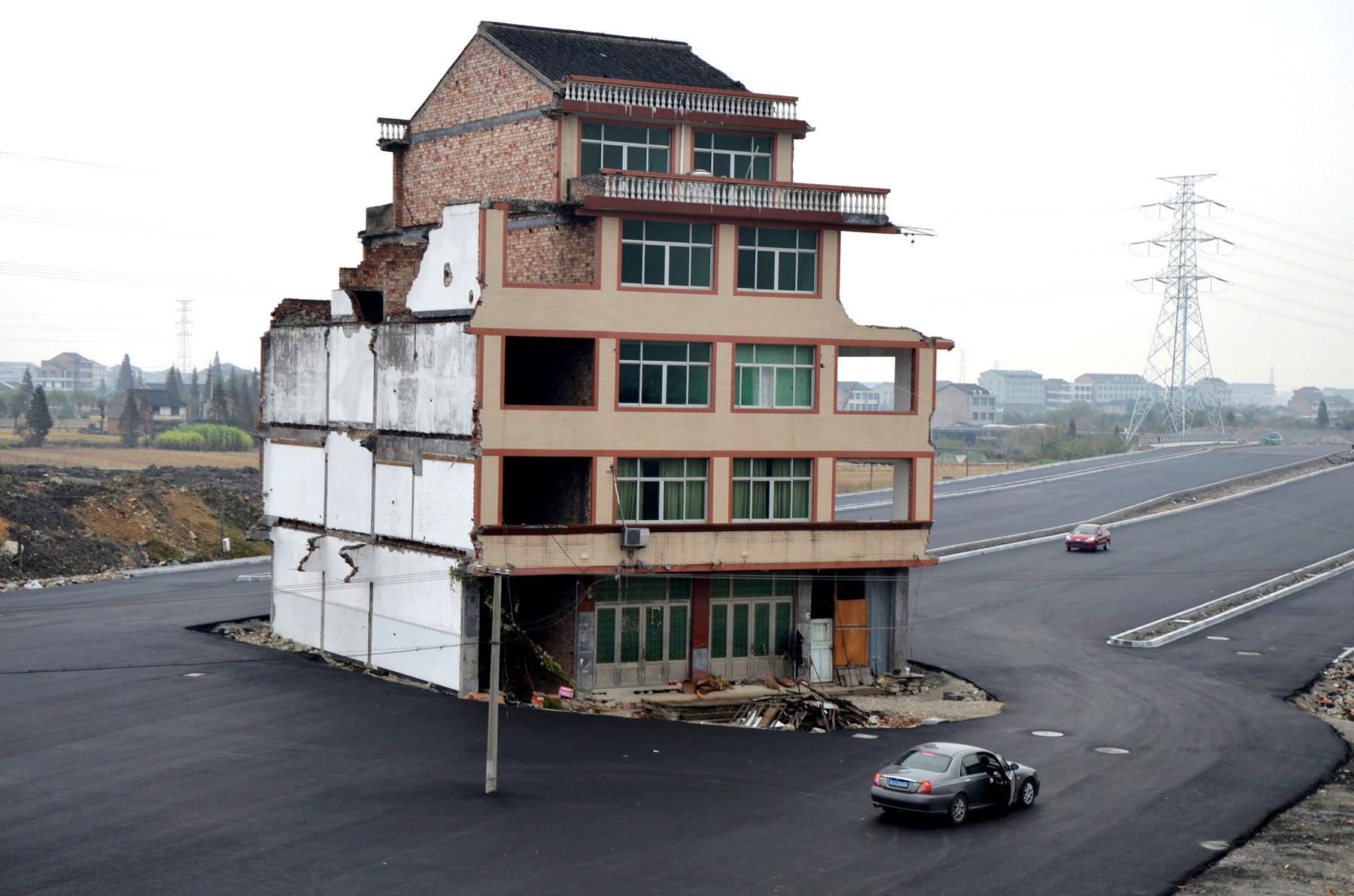 Luo Baogen y su esposa constantemente rechazaron la venta de su residencia comprada en 2001 en Wenling, China. Las negociaciones finalizaron en 2012 y la vivienda finalmente demolida. Image © Zaichina