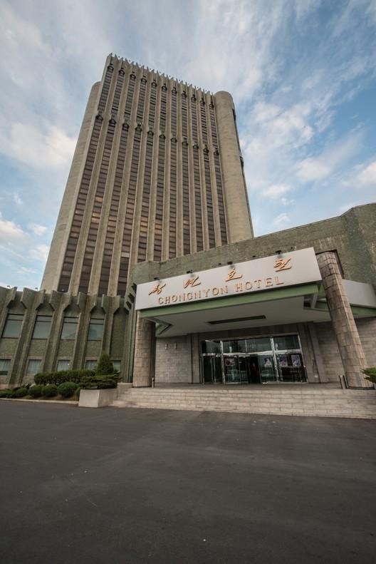 "Hotel Chongnyon: ""un hotel construido en 1980 para el Festival Mundial"". Imagen cortesía de Koryo Tours"