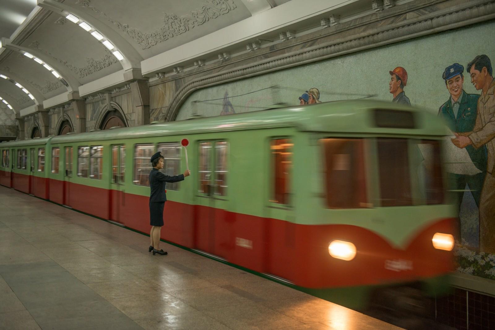 """Metro de Pyongyang: """"Estatinas vestidas de mármol, mosaicos y lámparas de araña"""". Imagen cortesía de Koryo Tours"""