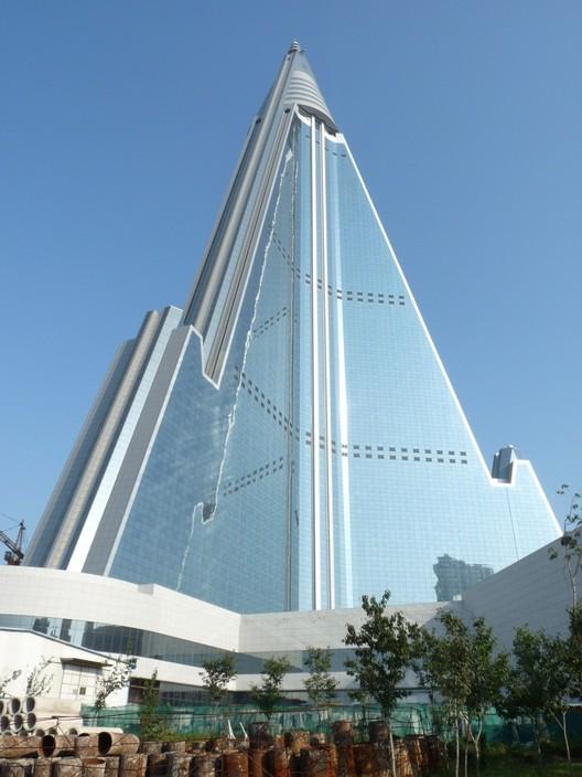 """Hotel Ryugyong: """"un rascacielos de 104 pisos que se asemeja a algo entre las pirámides y el Londres Shard"""". Imagen cortesía de Koryo Tours"""