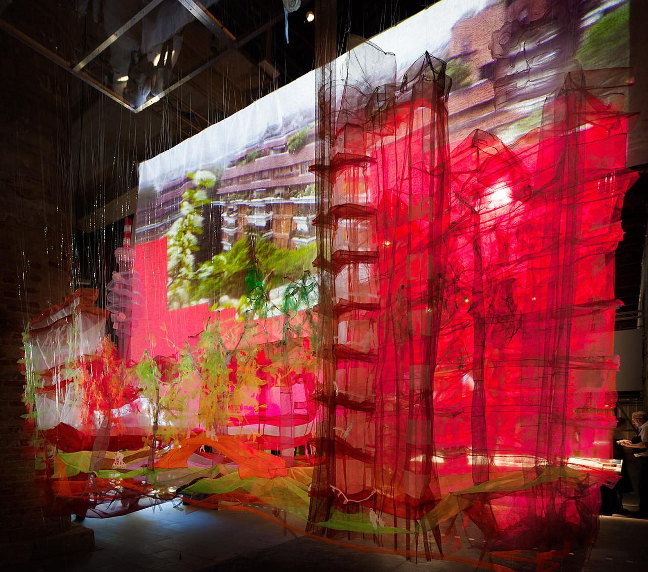 """""""SALES ODDITY: Milano 2 y la Política del Urbanismo Direct-to-Home TV"""" en Bienal de Venecia 2014. Image © Miguel de Guzmán"""