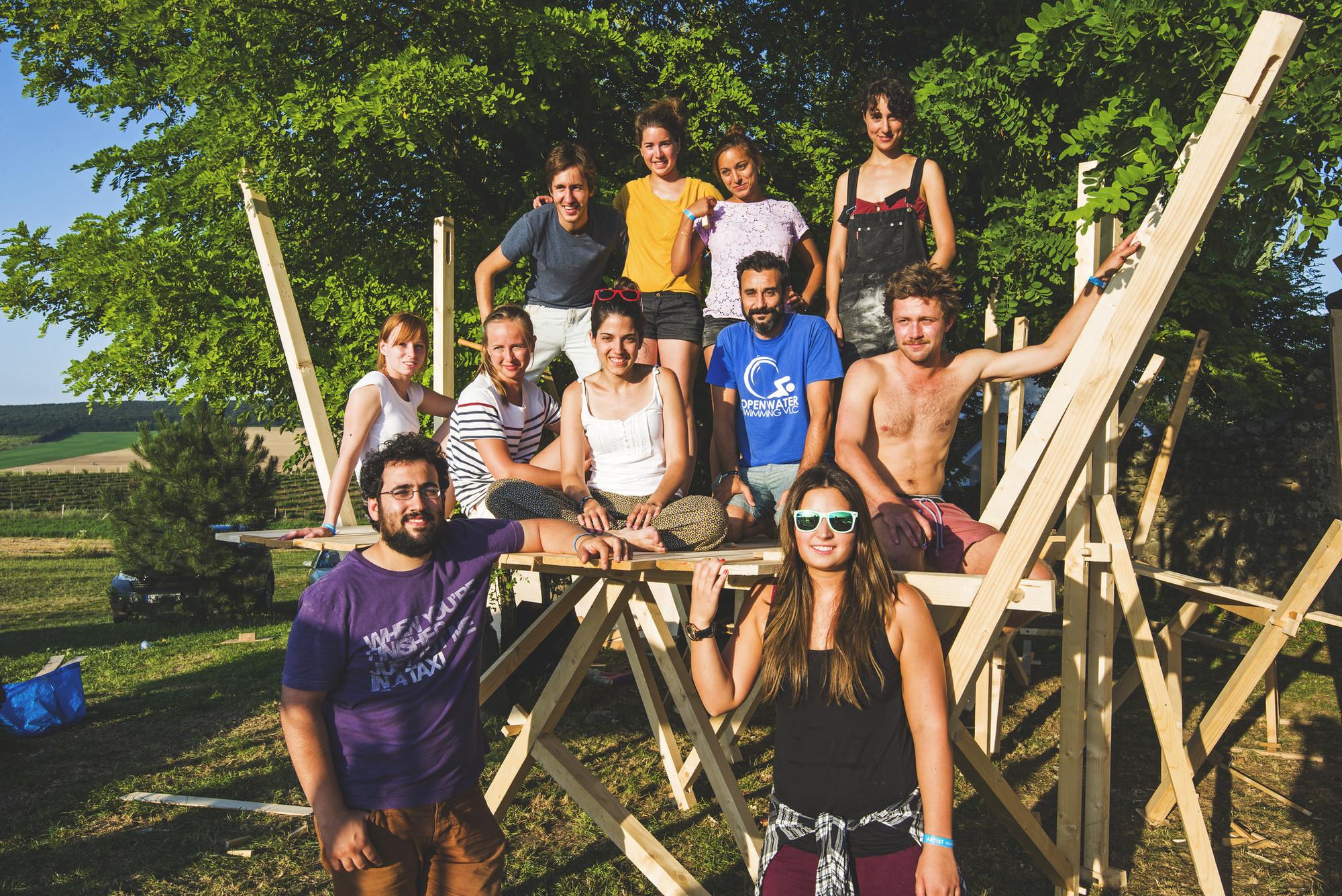Gilabert y su equipo posan con el proyecto terminado en Hello Wood. Imagen © Géza Talabér