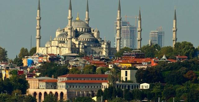El conjunto residencial OnaltiDokuz en construcción. Se presume que el conjunto afectaba las vistas de Estambul, incluyendo el Blue Mosque, que se observa en el fondo. Imágen vía www.emlakguncel.com