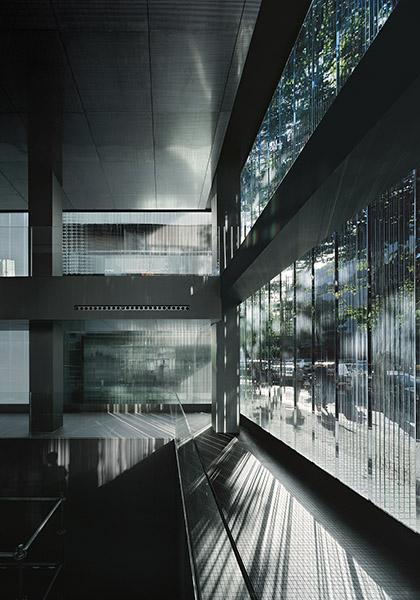 Imagen diurna del interior donde el grueso del vidrio tamiza la luz solar que entra. . Image © © Roca / Aleix Bagué