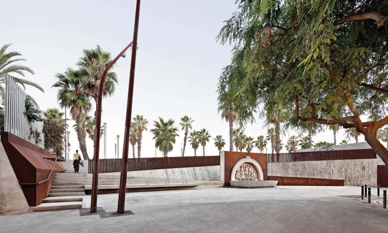 Paisaje y Arquitectura: Recuperación Fuente Carmen Amaya por Lola Domènech, © Adrià Goula