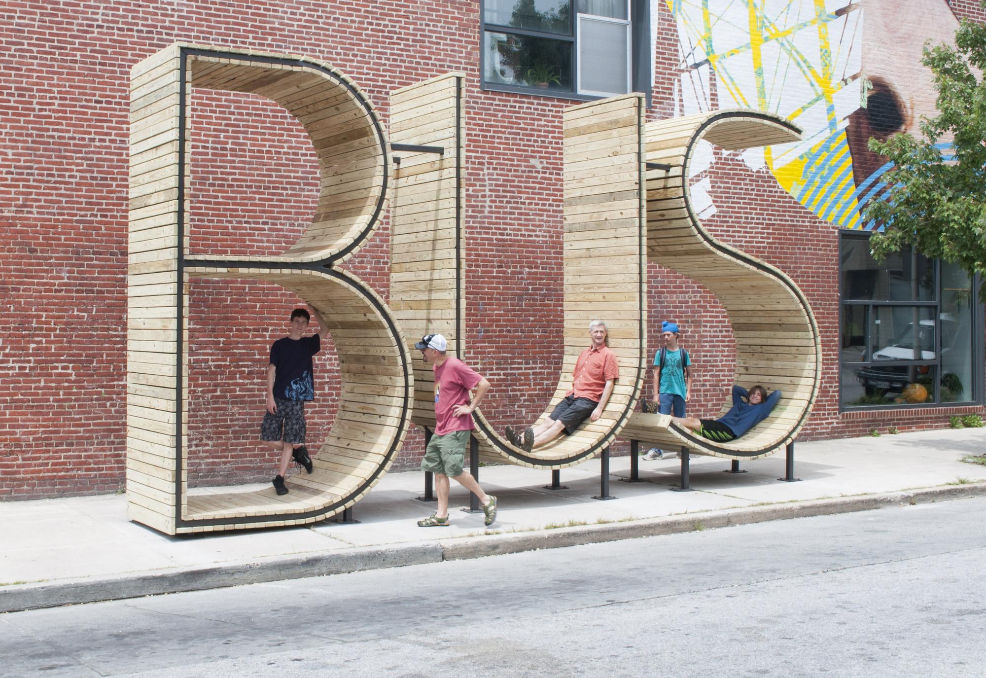 Intervención Urbana: BUS Stop, escultura que funciona como parada de autobús , Courtesy of mmmm...