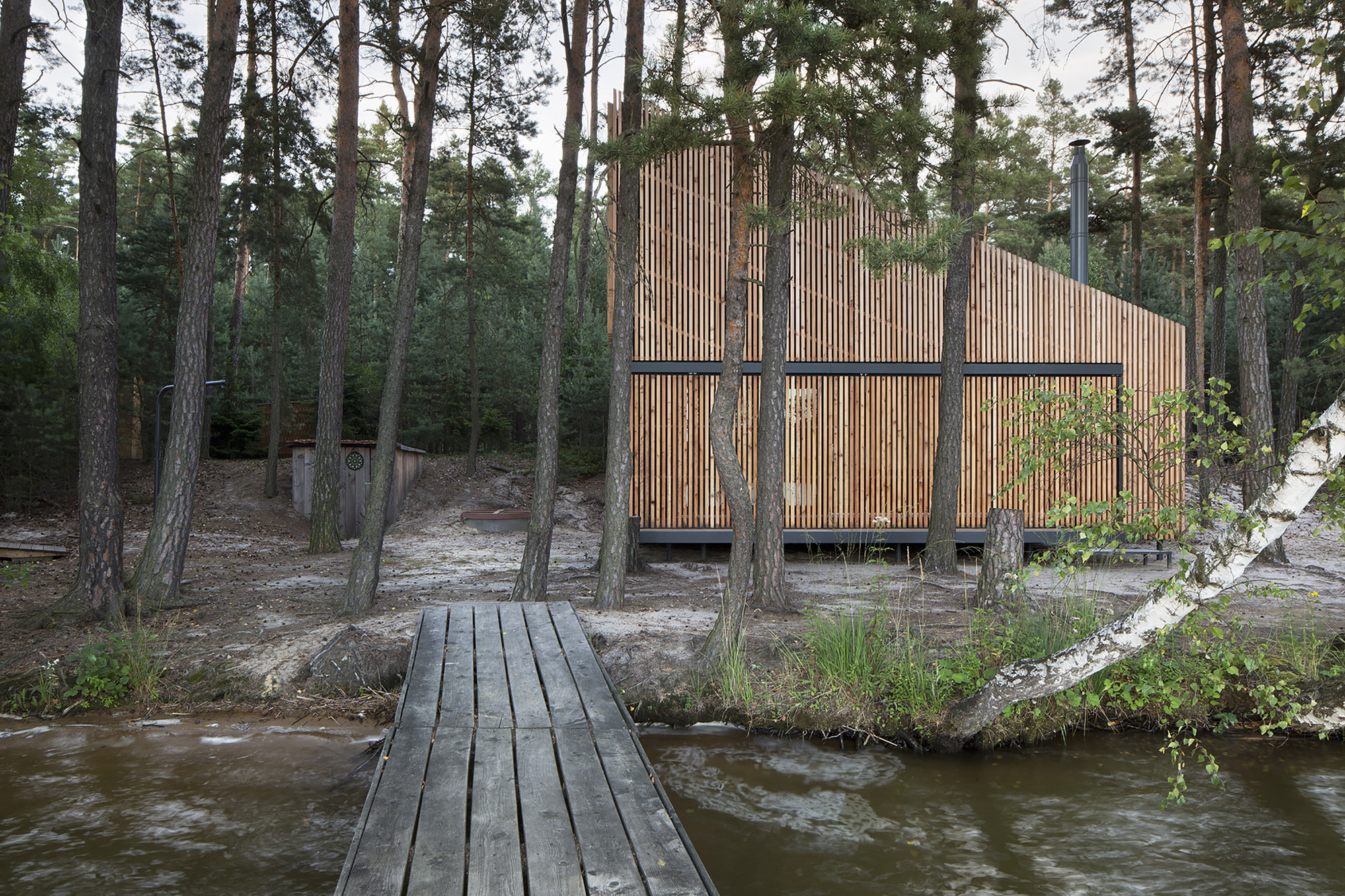 Cabaña del lago / FAM Architekti + Feilden+Mawson, © Tomas Balej