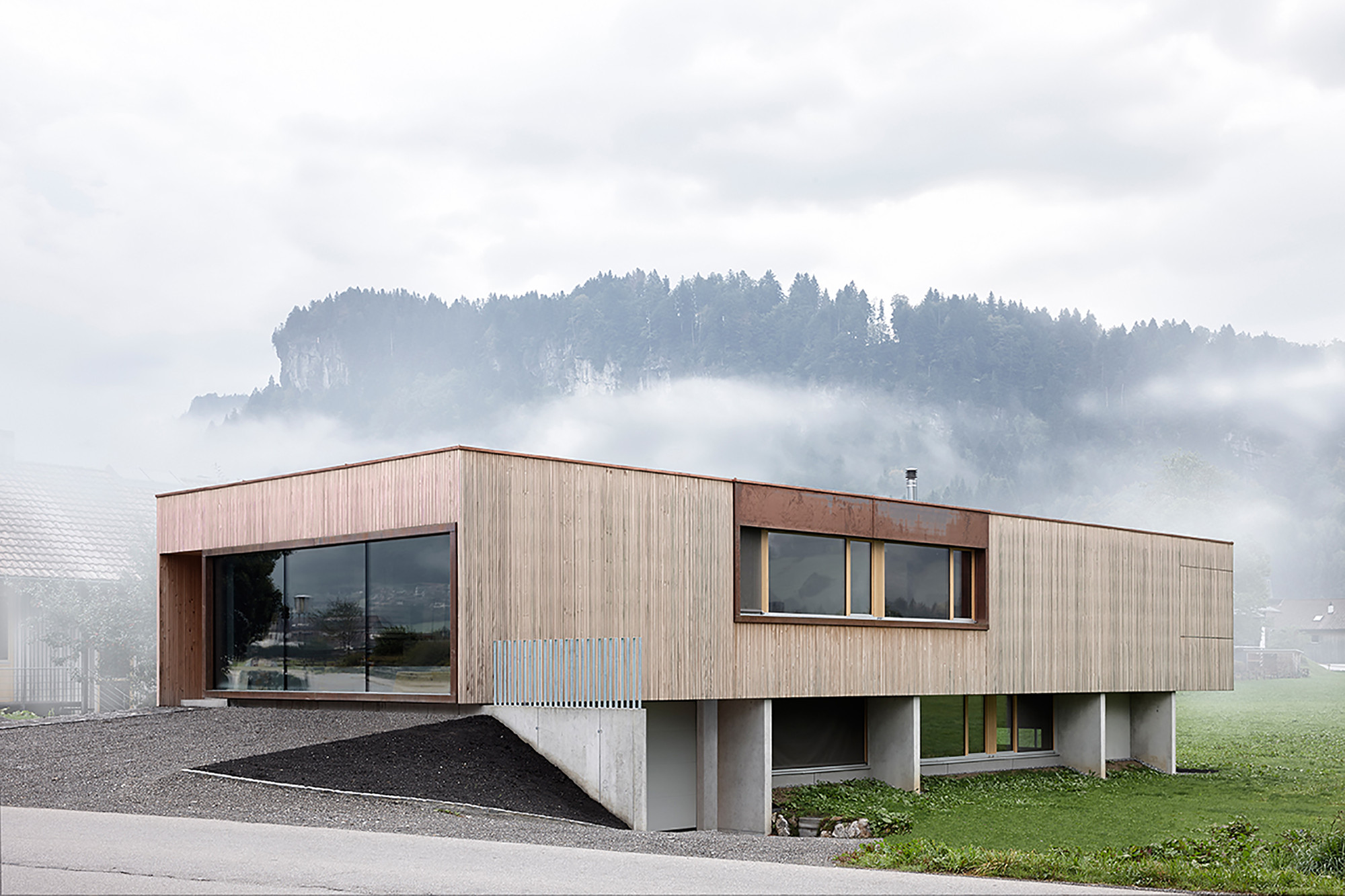 House with Showroom / ao-architekten + Markus Innauer, © Adolf Bereuter