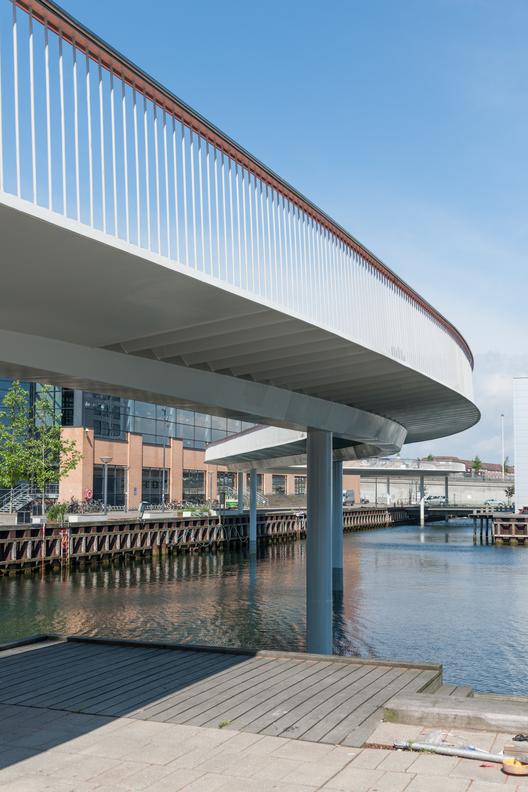 Cycle Snake sobre el puerto. Imagen cortesía de DISSING+WEITLING Architecture