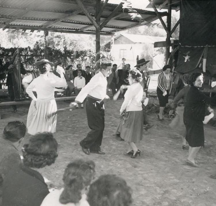 """""""Parejas bailando cueca en una fonda"""". Image © Antonio Quintana"""