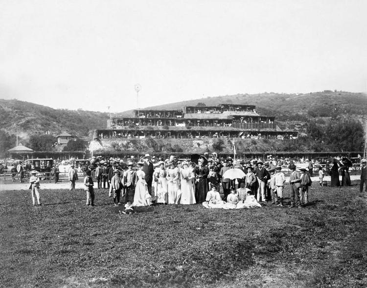 Celebración de Fiestas Patrias en las ramadas del Sporting Club de Viña del Mar en 1890. Image © Fan Page de 'Fotos históricas de Chile