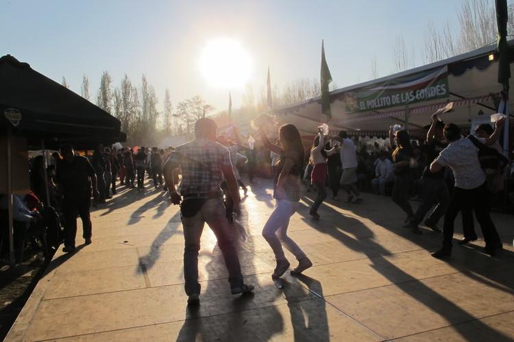 Celebración de Fiestas Patrias en el Parque Alberto Hurtado, barrio alto de Santiago (2011). Image © Karla Lopez [Flickr]