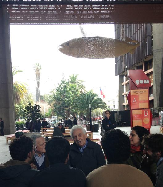 José Covacevich y Miguel Lawner conversan junto a Grupo TOMA. Imagen © Pola Mora