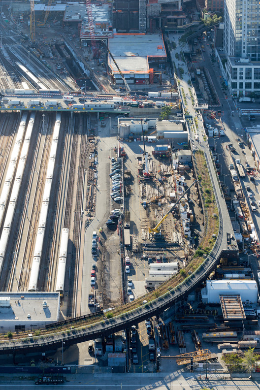 Unlike other sections of the High Line, the High Line at the Rail Yards runs east-west along 30th Street before curving north near 12th Avenue. An aerial view looking west. Image © Iwan Baan, 2014 (Section 3)