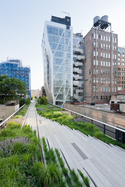 A meandering pathway passes by old and new architecture in West Chelsea, between West 24th and West 25th Streets, looking South. Image © Iwan Baan, 2011 (Section 2)
