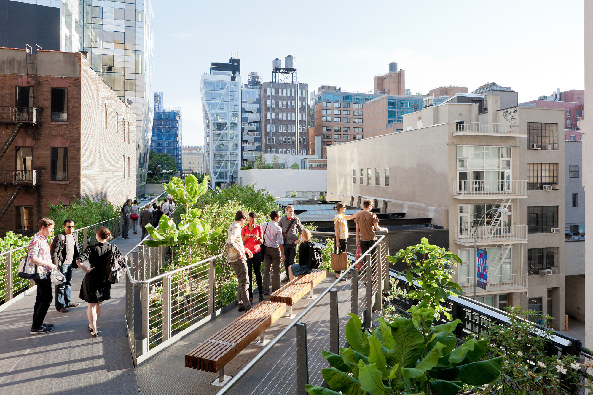 Falcone Flyover, the pathway rises eight feet above the High Line, winding through a canopy of trees, between West 25th and West 27th Street, looking South. Image © Iwan Baan, 2011 (Section 2)
