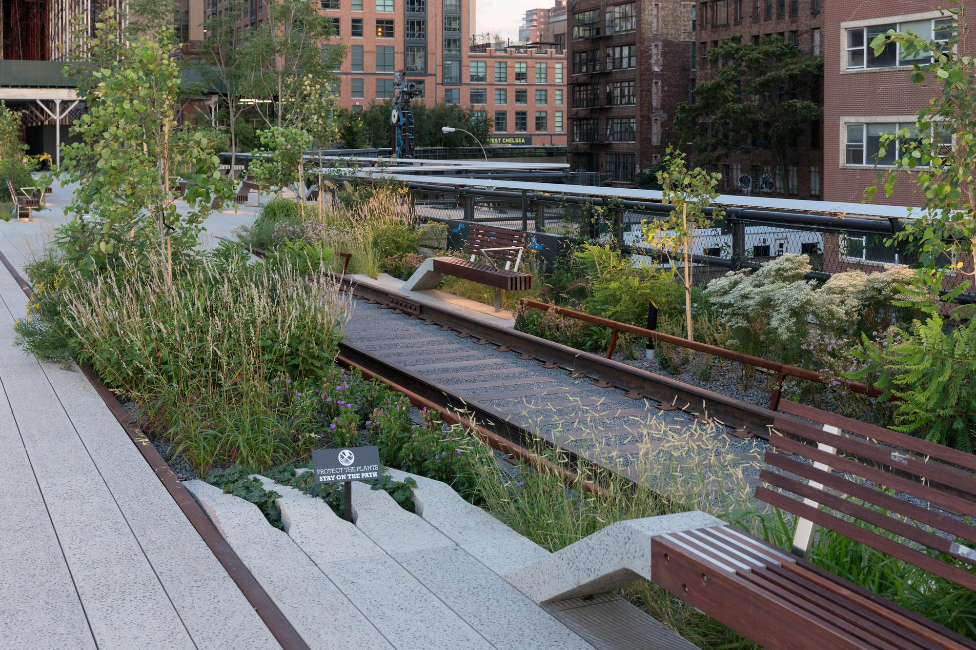 """Tercera etapa: Detalle de uno de los tres paseos en las vías férreas en el """"High Line at the Rail Yards"""".. Image © Iwan Baan, 2014"""