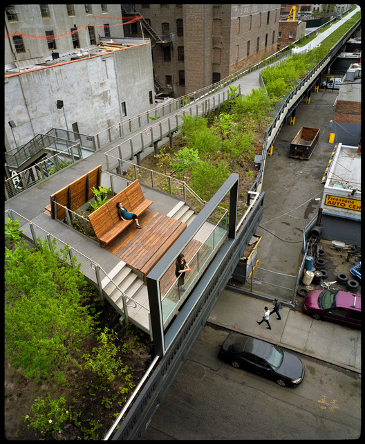 Segunda etapa: 26th Street, recordando las vallas publicitarias que alguna vez se instalaron en la High Line, un marco ahora realza -en lugar de bloquear las vistas a la ciudad, al West 26th Street. Image © Iwan Baan, 2011