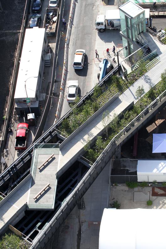 Segunda etapa: 30th Street Cut-Out y plataforma-mirador, una plataforma por encima de la 30th Street, donde se ha eliminado la cubierta de concreto para exponer la estructura de acero y la calle de abajo, mirando hacia el este.. Image © Iwan Baan, 2011