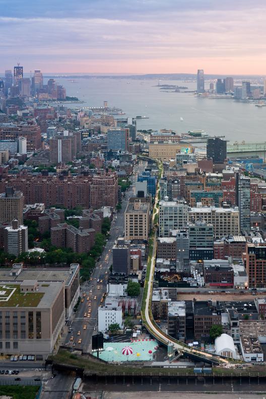 Segunda etapa: Vista aérea, desde West 30th Street, mirando al sur hacia la Estatua de la Libertad y el sitio original del World Trade Center. Image © Iwan Baan, 2014